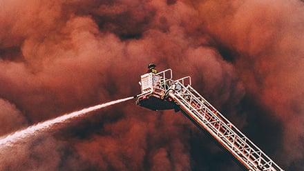 リアルタイム映像を分析して屋外環境の火災を早期検知